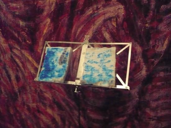К настоящему продукту руку, то есть синие ноты приложил художник Юрий Шабельников.