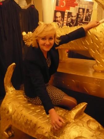 Может мне ко второй церемонии снова вернуться в стан блондинок? И все же она меня цанула - смотри на колено!