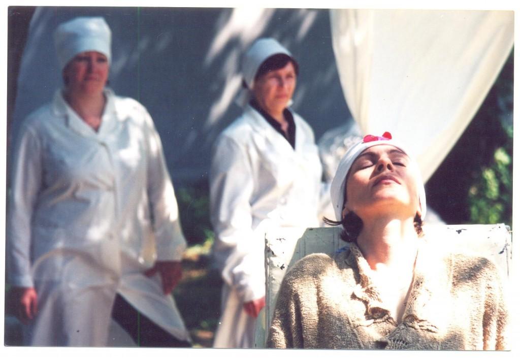 Слева - художник по гриму Таня Матяшова в роли медсестры, справа - Лена Кудаева в состоянии трупного окоченения