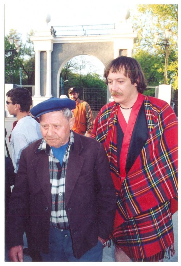 Влад Ветров - справа, на заднем плане - Кира Серебренников