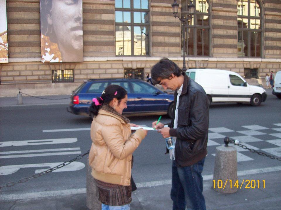 """""""Автограф для мексиканки?"""" За 20 евро эти мексикано-цыгане предлагают поставить автограф под значком с изображением инвалида. Все бы ничего, но о стоимости услуги сообщают после) Вообще Лувр и сад Тюильри - это скопище обормотов и разводил всех мастей."""