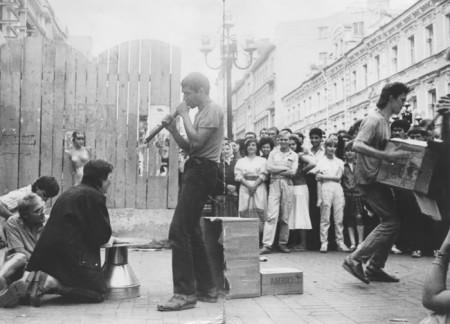 Авдюша слева на снимке имитирует игру на флейте(?), Сергей Тимофеев справа с коробкой. Фотография из архива Авдея, хранящегося у Саши Сигутина. Москва, Арбат, 1988.