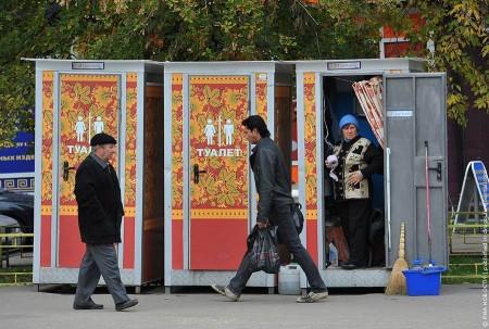 В Москве появились общественные туалеты, расписанные под хохлому
