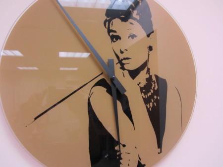 Смотрю на часы - то есть на Одри Хепберн - и верно - пора финалиться.