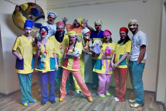 Девять ростовских клоунов из Молодежного театра вместе с Константином Седовым и Вадимом Ларченко (фото Е. Серебрякова)