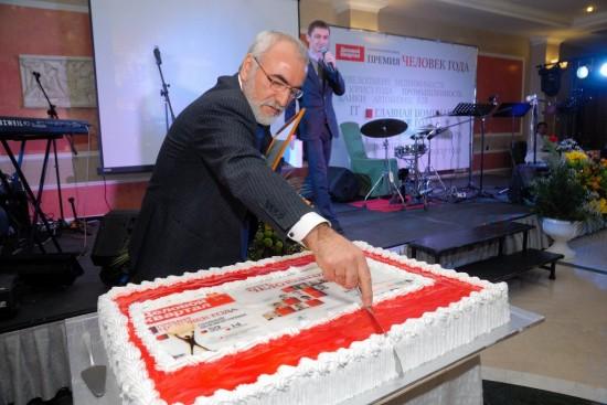 Иван Саввиди - разрезает ТОРТ Победителей премии Человек года