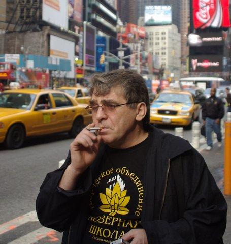 Калашников в Нью-Йорке, ноябрь 2007.Фото Виктора Столярова    В тот раз он проехал с концертами по многим городам США вместе с исполнительницей песен Геннадия Жукова Еленой Фиксман.