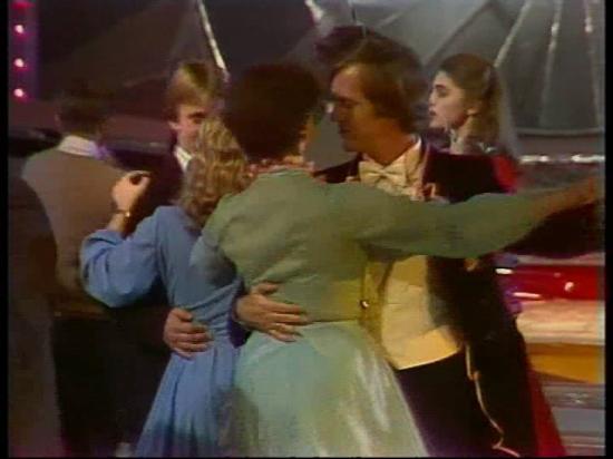 Эпизод из Голубого огонька 1982 г. Все танцуют под музыку Георгия Балаева