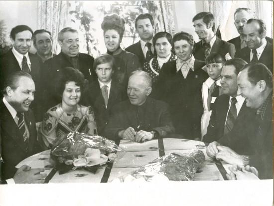 В центре - Михаил Шолохов, над ним - журналист Алексей Кузнецов