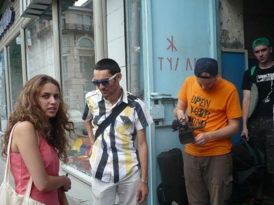 Киногруппа Руфата Гасанова (ВГИК) у туалета на Газетном в Ростове-на-Дону. Июль 2010.