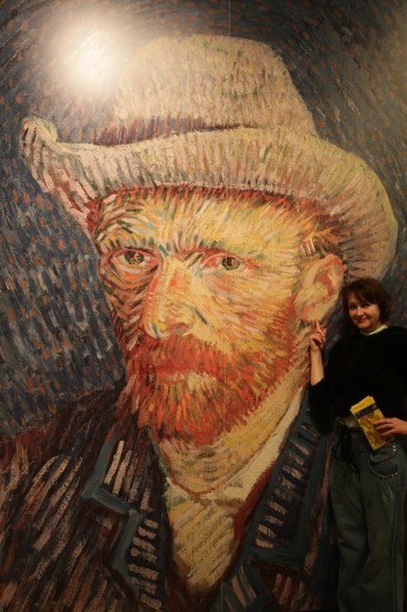 Галина Пилипенко - то есть я у левого уха Ван Гога. Музей В Амстердаме.