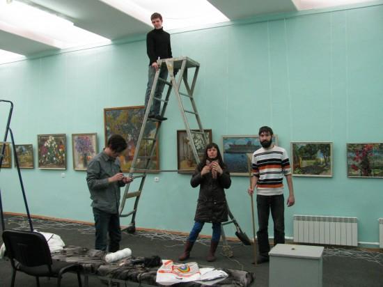Подготовка выставки Ольги Менжилий