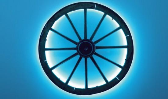 Анзельм Райле, добавив к традиционному дереву и металлическому ободу неон, изобрёл собственное колесо (Колесо. 2001)
