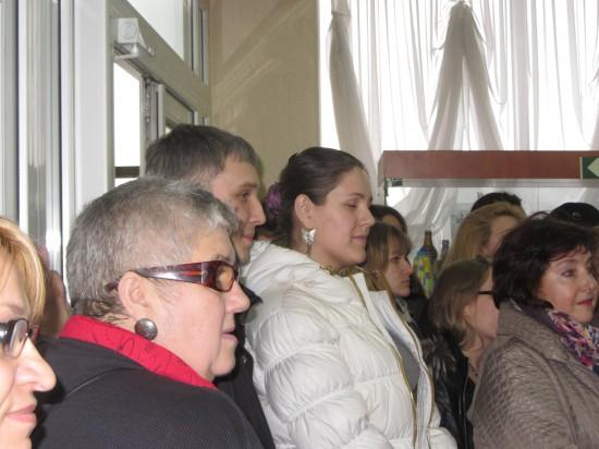 Слева - художник Наталья Соколова на выставке