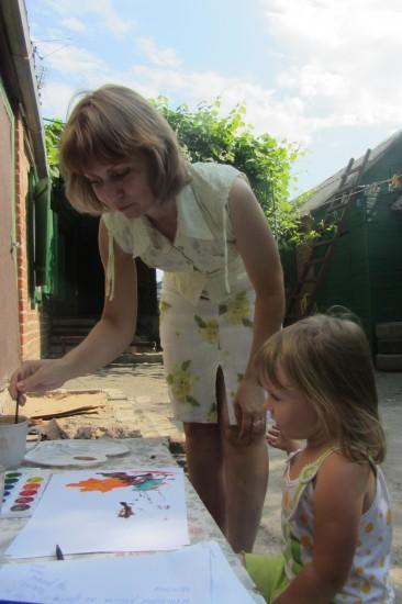 Рисуют все поколения семьи. Мама - Лариса Дмитриева и племянница
