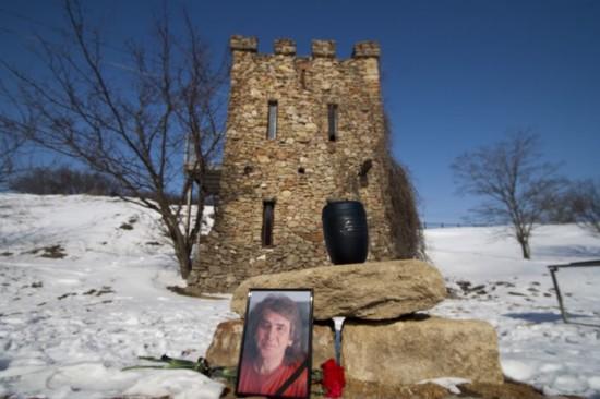 Прощание с Виталием Калашниковым у Башни Поэтов в Танаисе. Фото: Андрей Каршеница.