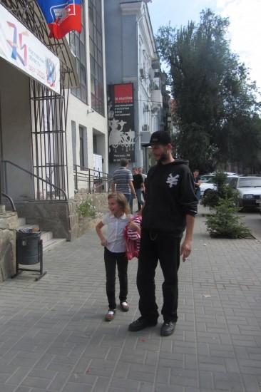 Перед музеем ИЗО Егор Псих и товарищи раздувают самовар