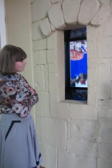 Интерактивная панель вмонтрована в бойницу