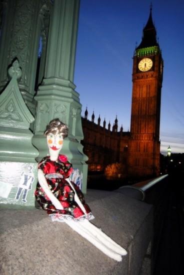 Ростовская кукла Наташа-Наташа дизайнера Наташи Тимофеевой путешествует по миру. Почти самостоятельно