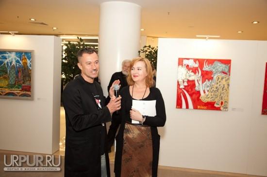 Галина Пилипенко делает речь на выставке Вовы Овечкина