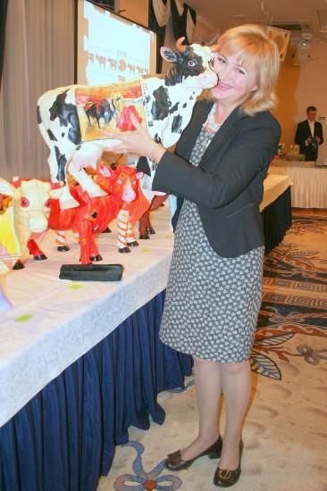 Галина Пилипенко и благотворительная корова. Фото: Игорь Северный