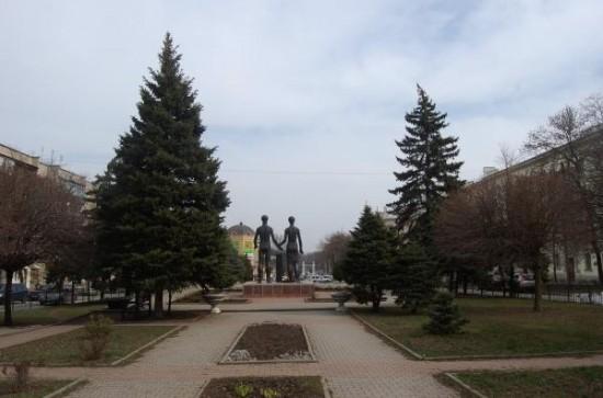 Памятник «Клятва юности». Вид со стороны Чеховской гимназии. 2013 год.