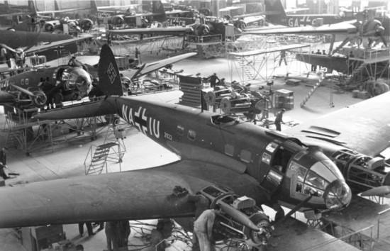 Бомбардировщики Heinkel He 111 P-4 в сборочном цехе завода Эрнста Хейнкеля