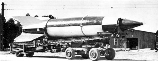 Немецкая баллистическая ракета ФАУ-2 на транспортной тележке.  1944 год.