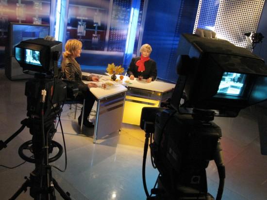 Журналист Людмила Квасова (слева) и гость программы