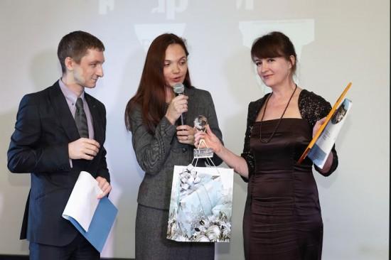 Владимир Колодкин (Южный регион), Людмила Грохотова (главный реадктор портала 161.ru) вручает статуэтку Гаоине Пилипенко