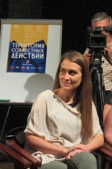 Маша Сигутина - дочь художника Александра Сигутина и куратор