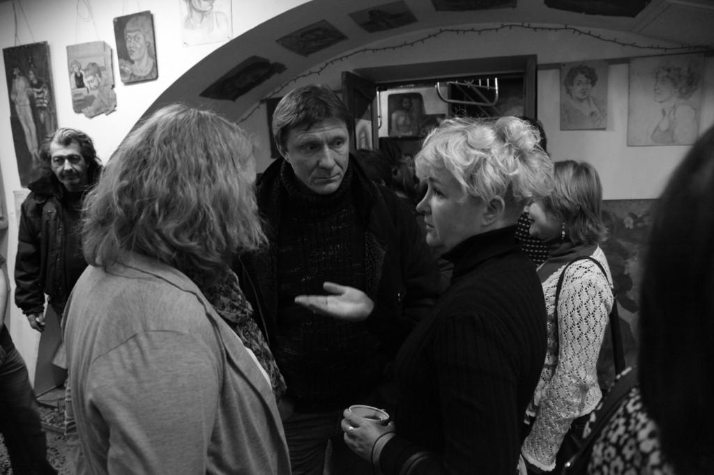 Ируся Ровер, Лёша Курипко, Галя Пилипенко на выставке Эльфриды Новицкой. Фото: Дмитрий Посиделов