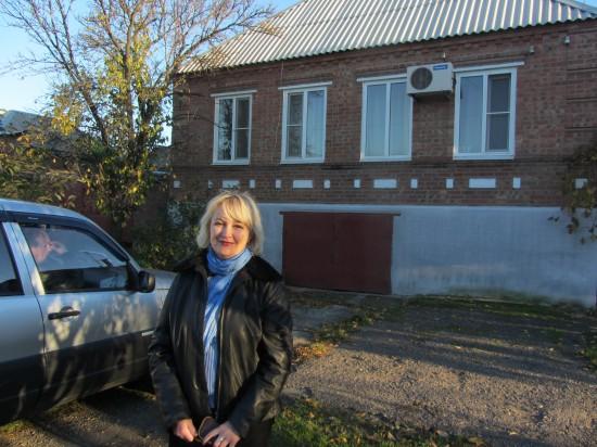 Галина Пилипенко у дома писателя Игоря Бондаренко в Таганроге.