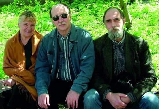 В саду. Татьяна Петровна, Кульченко Валерий, Захаров Олег. Фото: Олег Захаров. 2010 год.