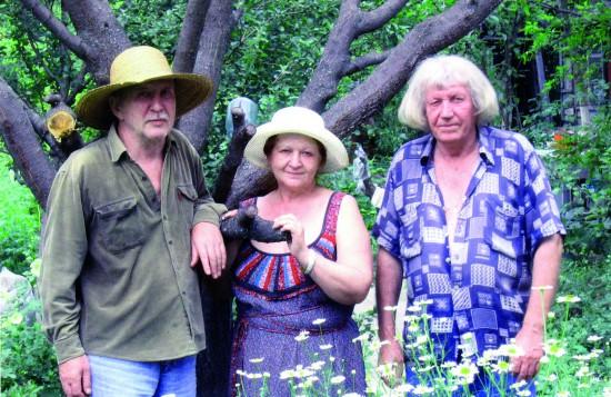 На пленэре. Слева направо: Валерий Кульченко, Людмила Улыбина и Геннадий Семёнович Запечнов. Сухой Лог 2005 год
