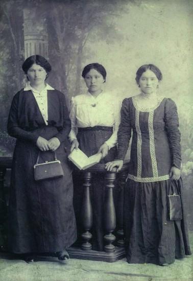 На добрую и долгую память дорогой сестрице нюре от Д.М. Шаминой (первая слева), 1915 год
