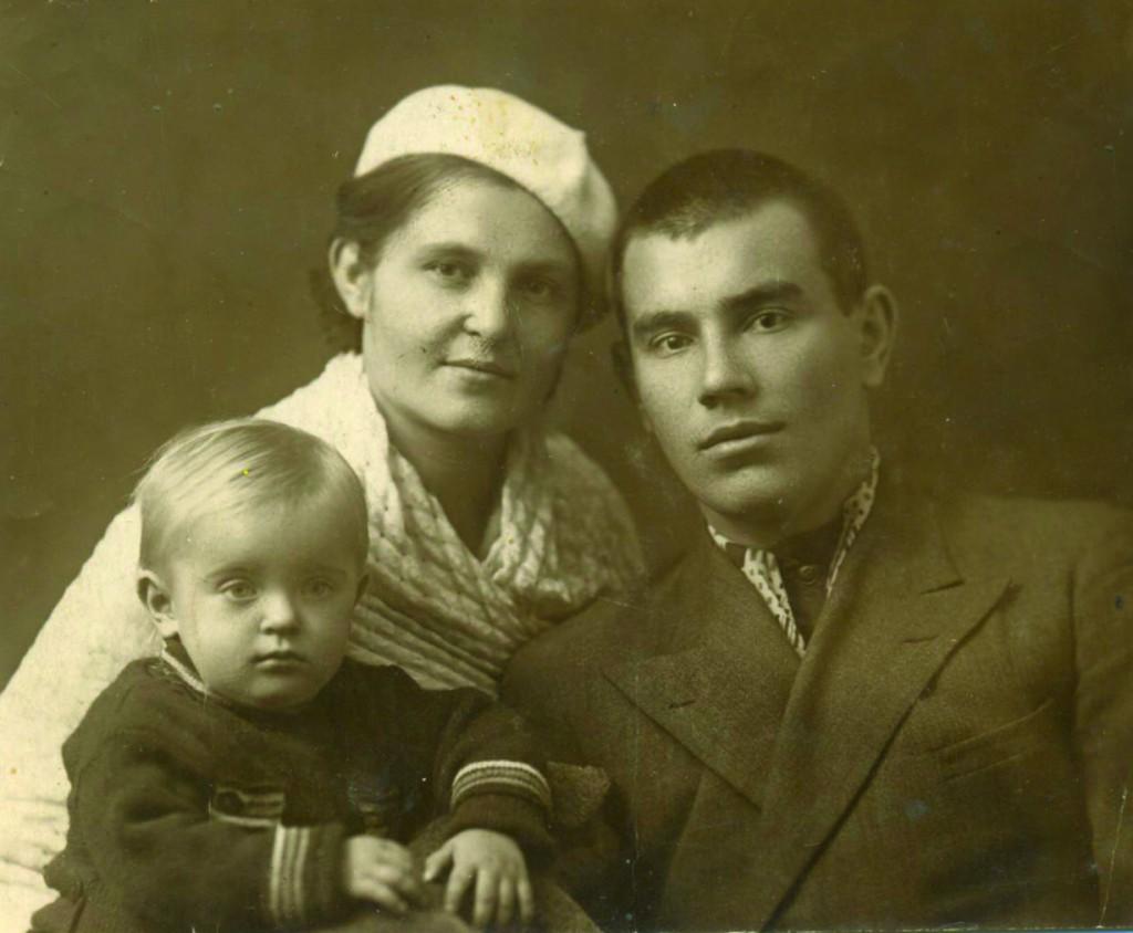 Peter and Antonina Lifanovs with their daughter Tanya. Rostov-on-Don, 1940.Пётр и Антонина Лифановы с дочкой Таней. Ростов-на-Дону, 1940 год