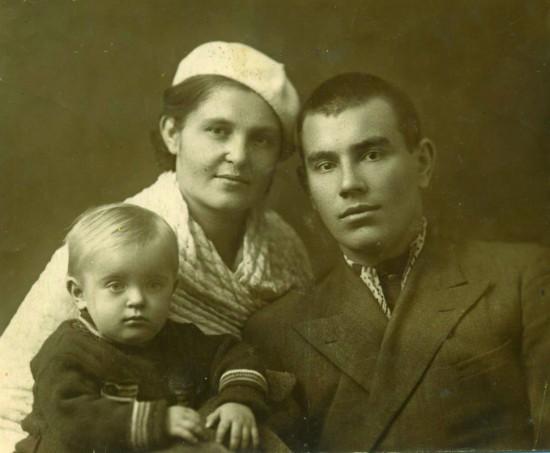 Пётр и Антонина Лифановы с дочкой Таней. Ростов-на-Дону, 1940 год
