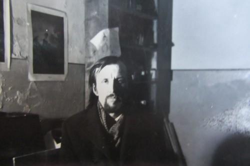 Валерий Кульченко в реставрационной мастерской друга - Миши Соколенко. 1975 г.
