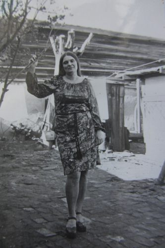 Весна на Комсомольской 5. Таня у сирени. 1975 год