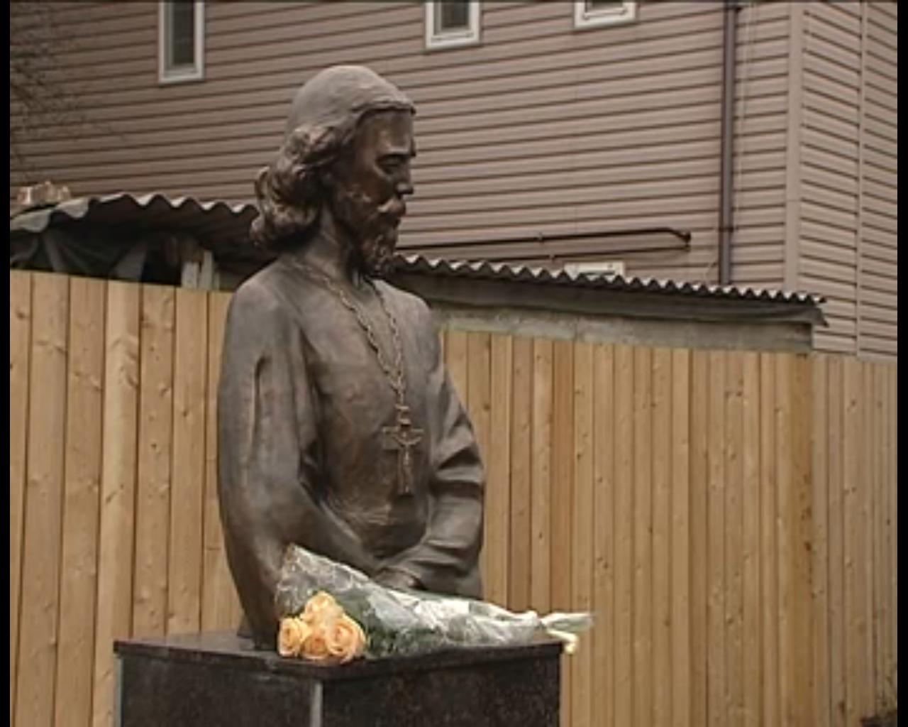 Ростов, памятник священнику Илие Попову