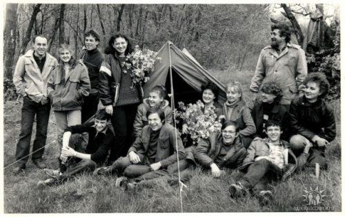 В Соловьиной роще. Искусствовед Александр Токарев с друзьями. 1986 год