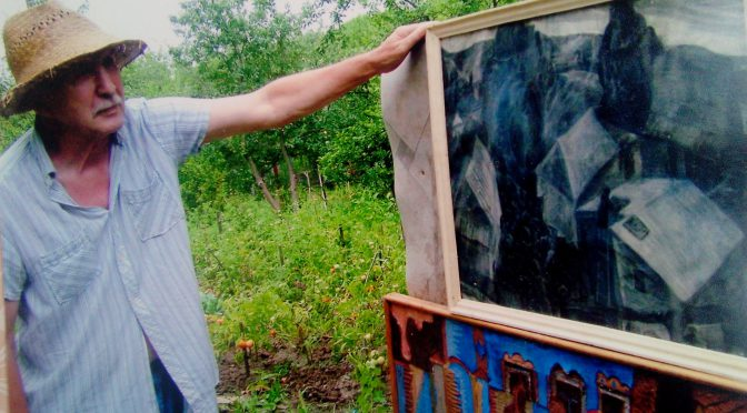 Валерий Кульченко на даче показывает свою калачевскую работу другу - фотографу и художнику Олегу Захарову. Лето. 2005 год.