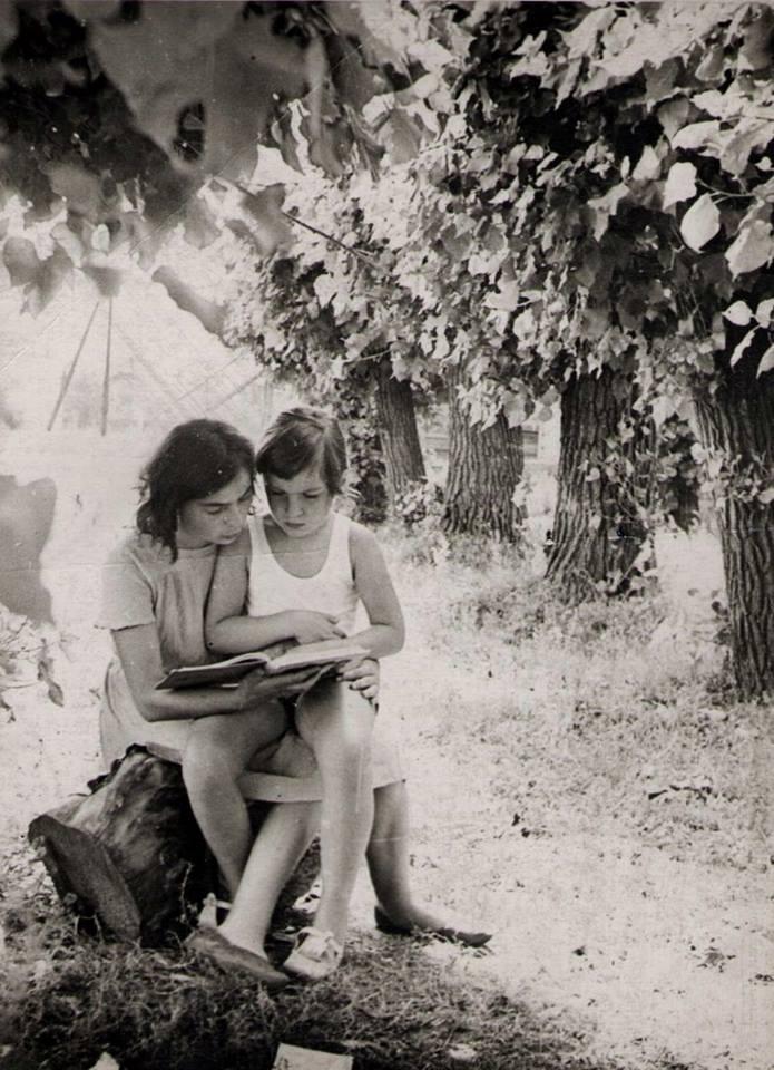 Еще не писательница, но уже читательница. Ольга Тиасто с мамой. Ростов-на-Дону