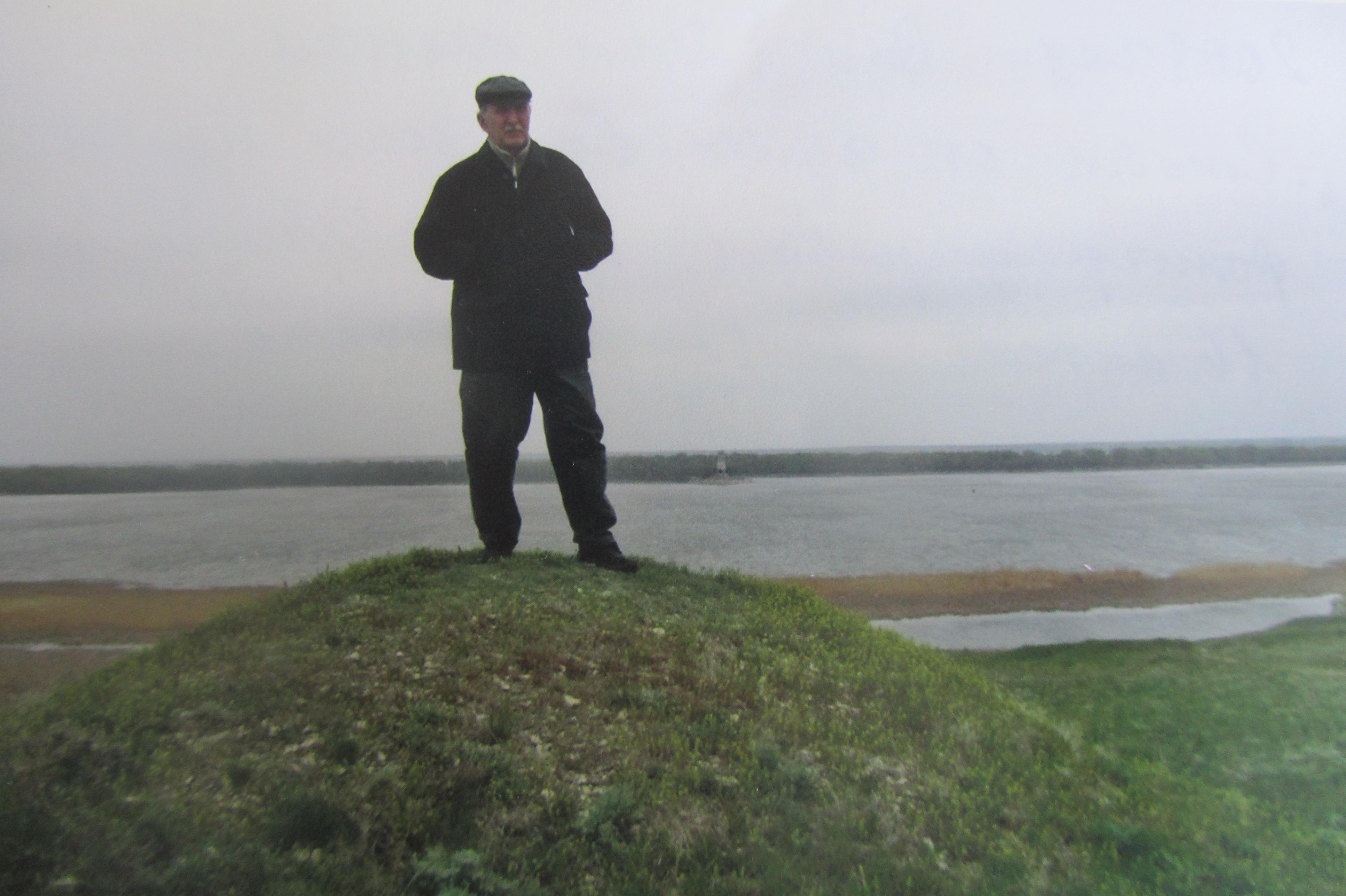 Валерий Кульченко сфотографировал брата Гришу Кульченко 16 апреля 2008 года на берегу Волго-Донского канала у Цимлы
