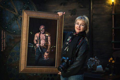 Галина Пилипенко держит в руках портрет ростовского бодибилдера Валерия Локтионова. Фото: Инна Ковальская