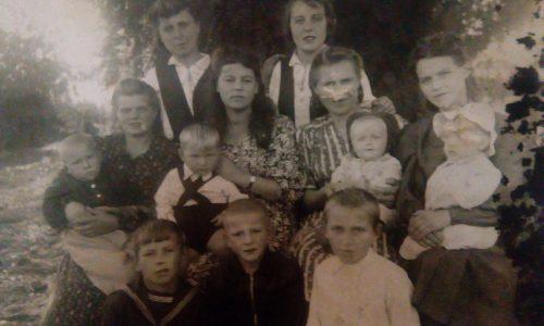 Это семейство Клименко. Снимок сделан на станции Шептуховка, Ростовская область