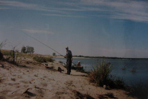 Рыбацкий дуэт. Валерий Иваныч Кульченко с удочкой, а в лодке сидит Петр Харитоненко - грустит по поводу неудачной рыбалки. Август 1997 год.