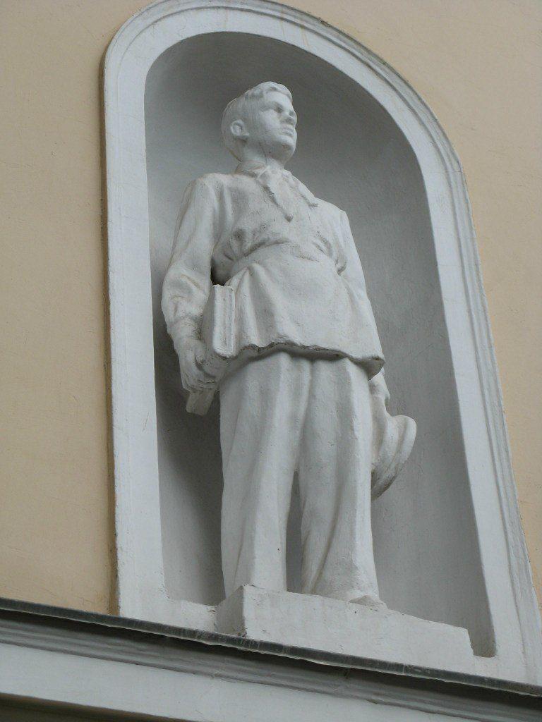 Скульптура Виктора Баринова. Ростов-на-Дону на здании 43 школы, пр. Буденновский, 6