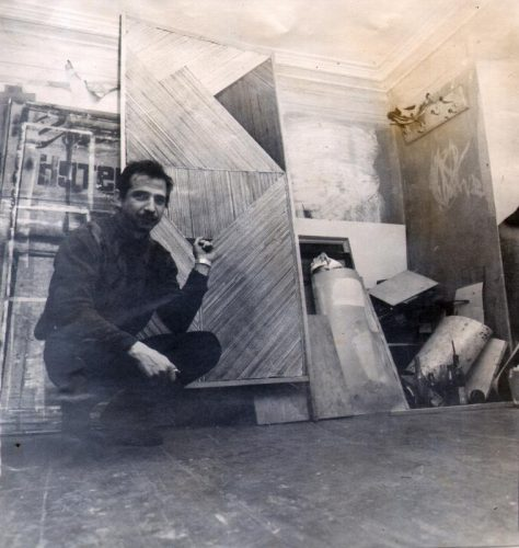 Александр Кисляков в своей мастерской готовится к выставке «Любовница Пифагора». Таганрог, 1995 год.Фото —Игорь Баточкин.